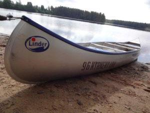 silbernes Kanu hochgezogen auf Strand