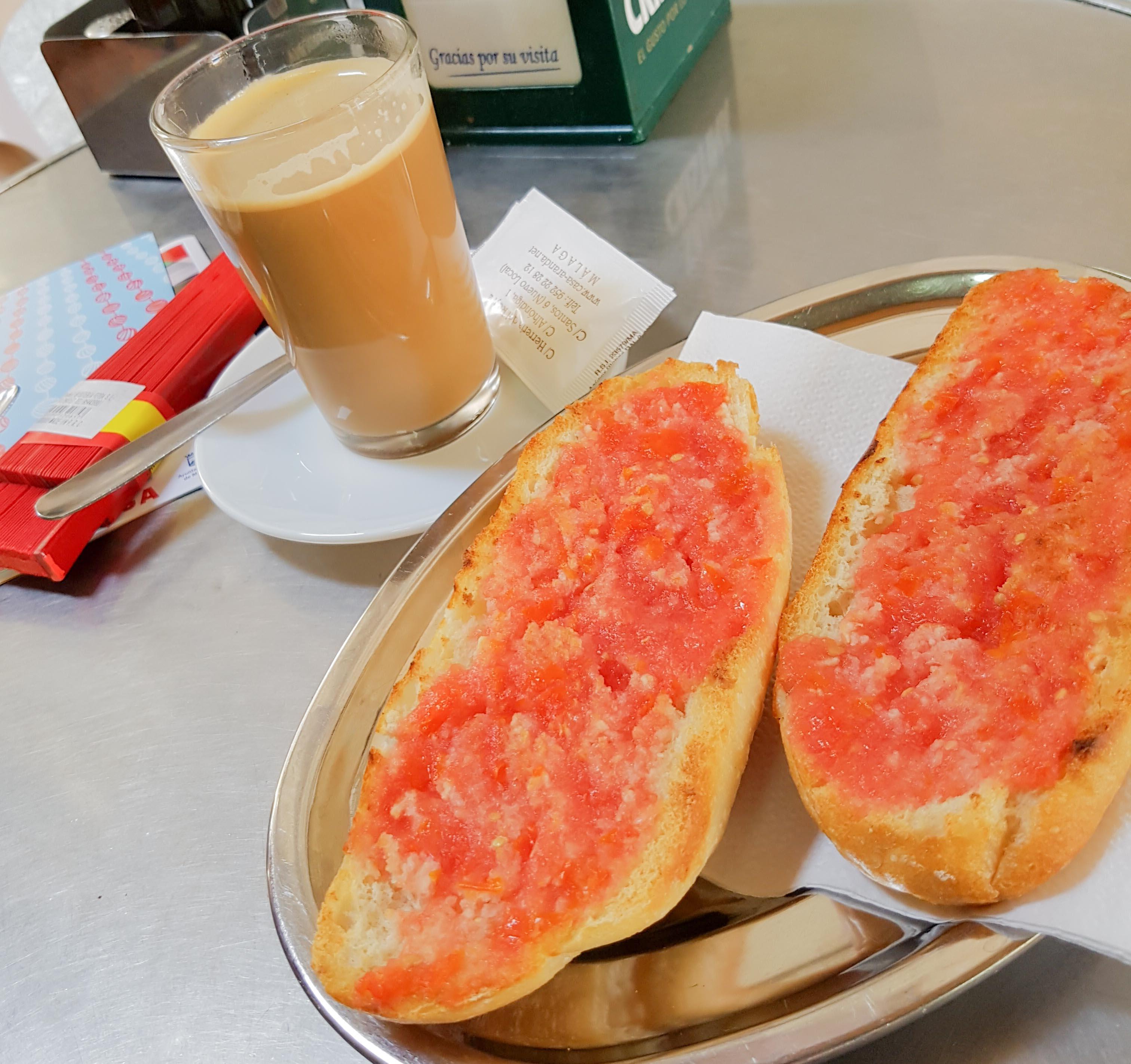 Frühstück in Spanien: Toast mit Tomate und Olivenöl