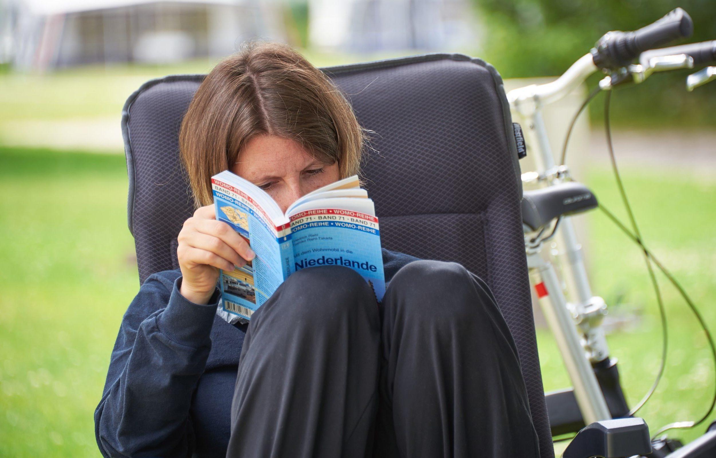 Fabienne liest einen Reiseführer