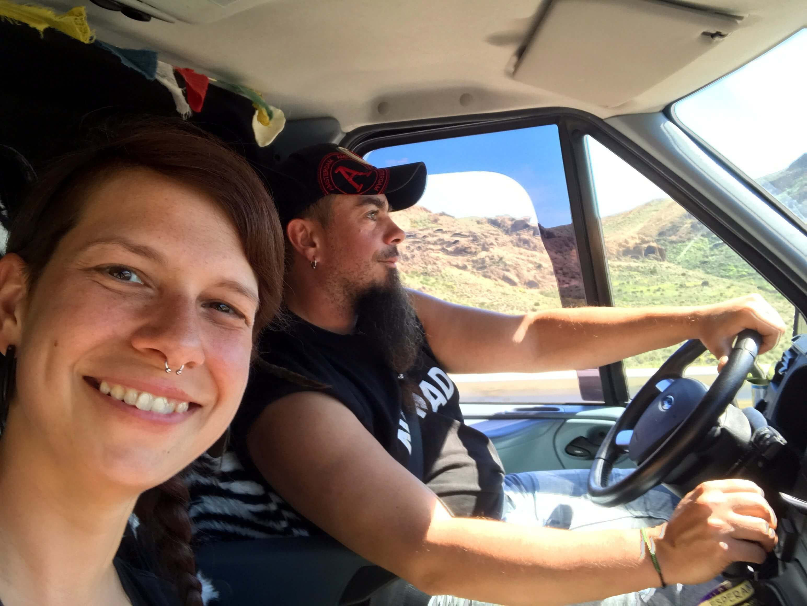Tascha und Patrick beim Autofahren