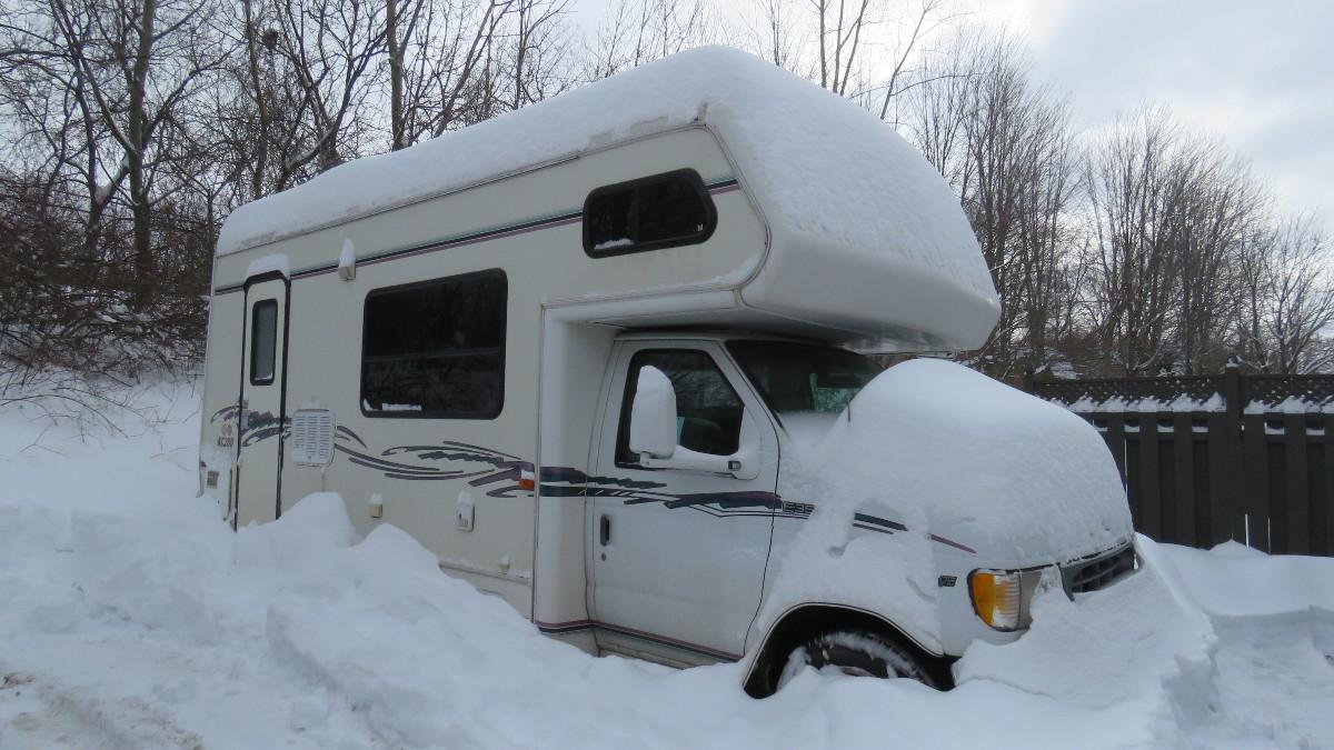 Camper im Schnee