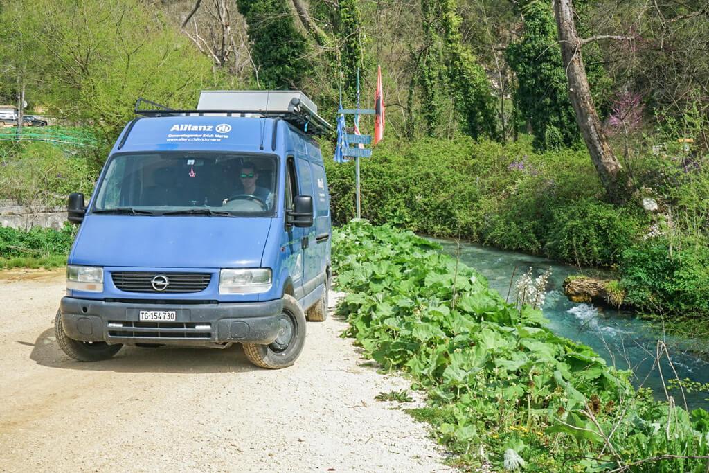Camper, Fluss, Grüner Wald - Blue Eye Quelle Syri i Kaster, Albanien