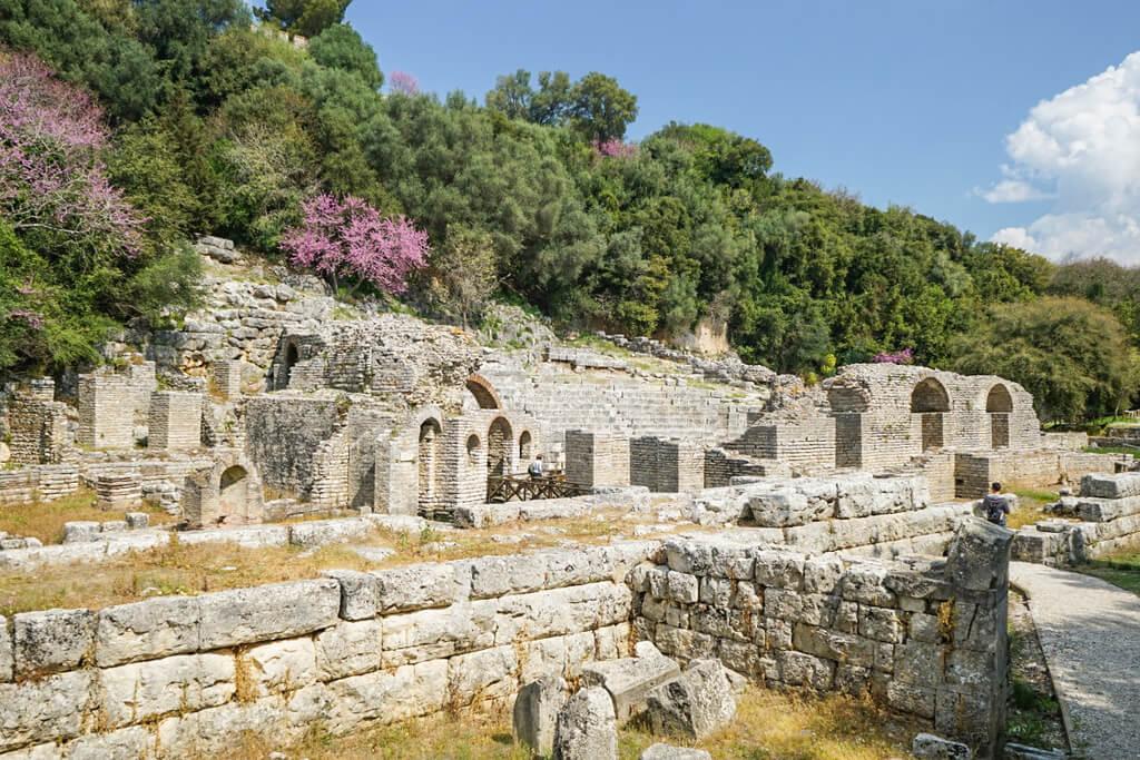 Säulen und Theaterreihen, Ruinenstadt Butrint Albanien Reisen