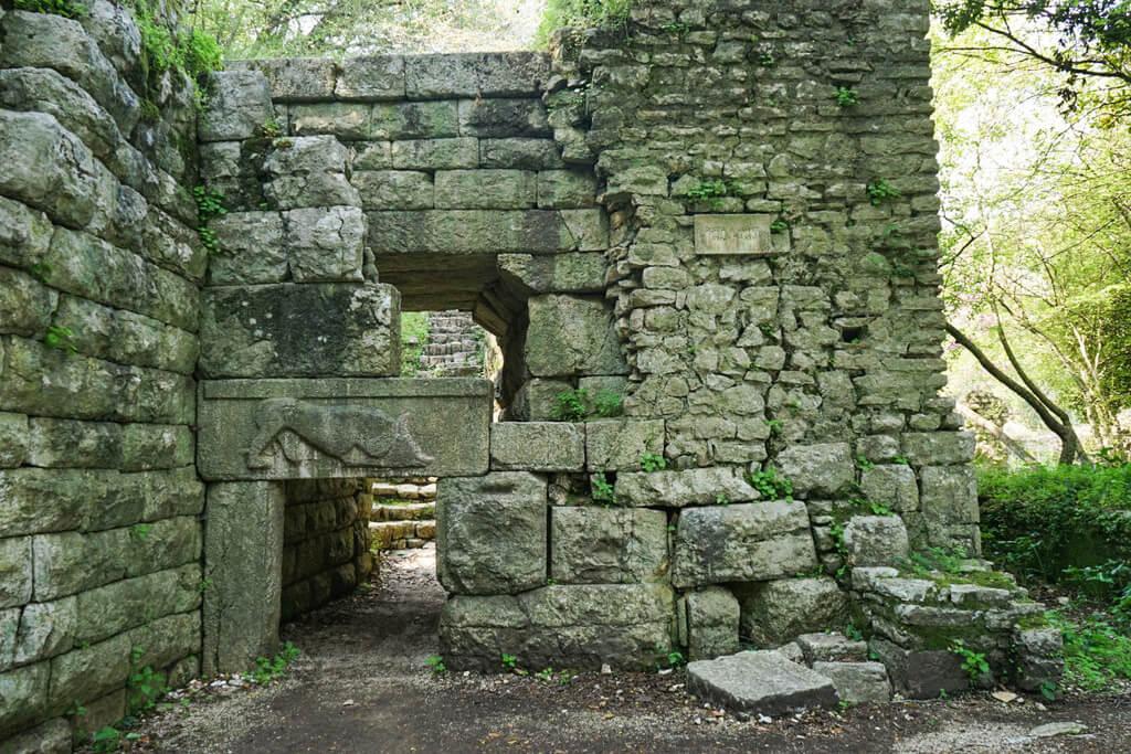 Tor mit Löwe darauf, Ruinenstadt Butrint Albanien Reisen