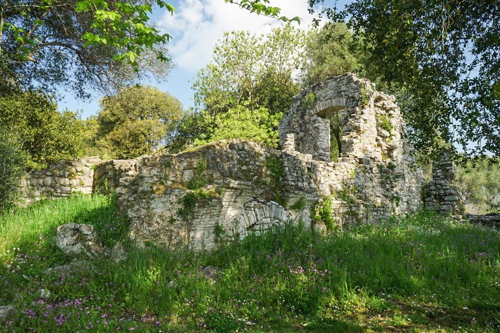 Haus-Ruine mitten im Wald, Ruinenstadt Butrint Albanien Reisen