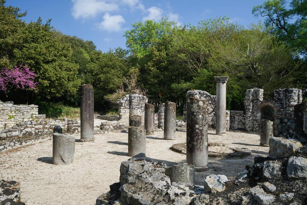 Säulen in runder Form, Ruinenstadt Butrint Albanien Reisen
