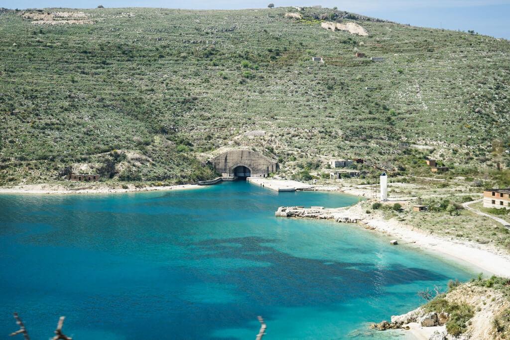 Tunnel vom Meer aus in den Berg, U-Boot, Albanien Militär Reisen Sicherheit
