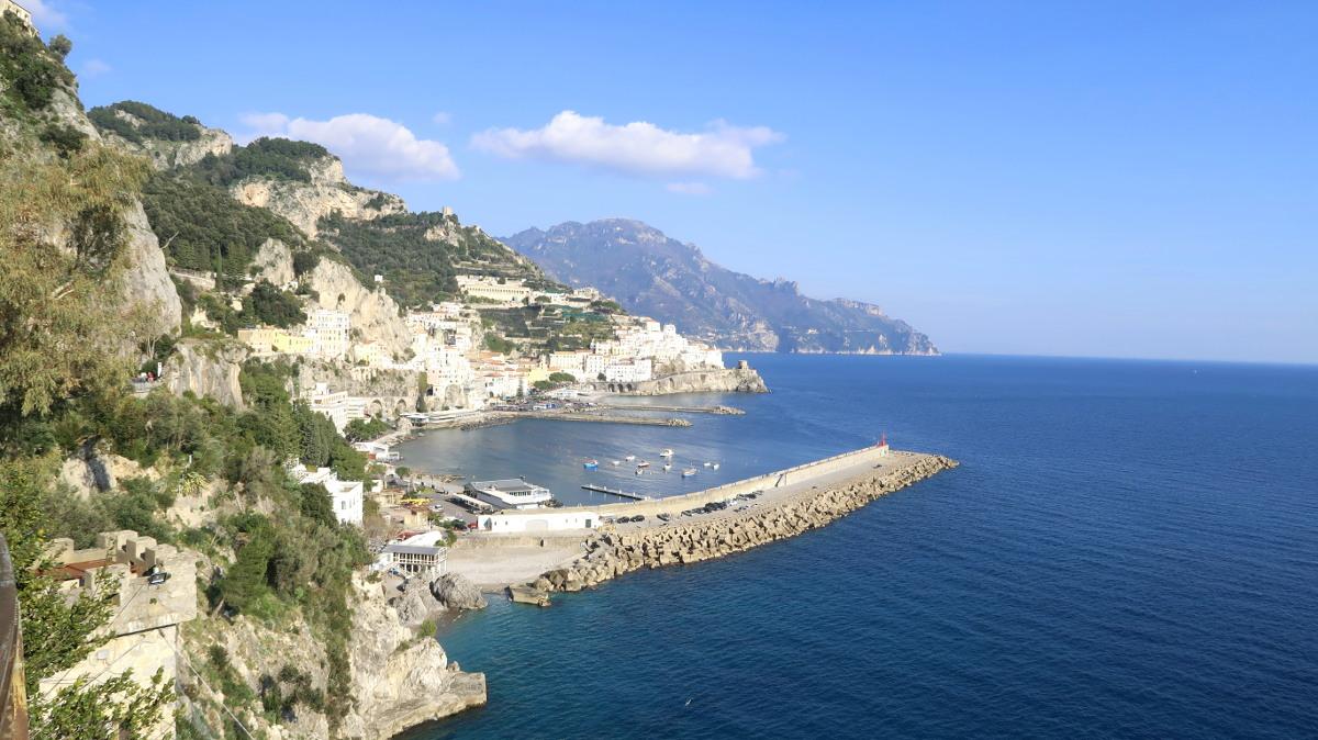 Amalfiküste mit Vorsprüngen ins Meer - Roadtrip Italien