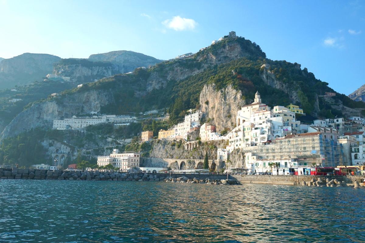 Dorf zwischen Berge gebaut - Reisen in Italien