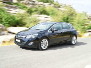 unser Opel Astra fährt vor Bergkulisse - Freiheit im Auto