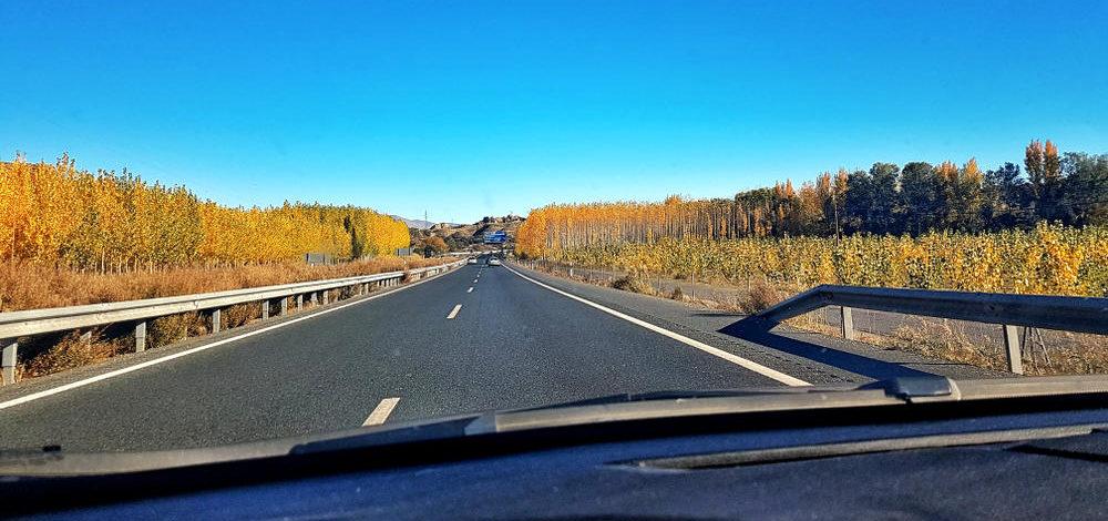 leere Autobahn, blauer Himmel, Herbststimmung - mehr Spass im Auto