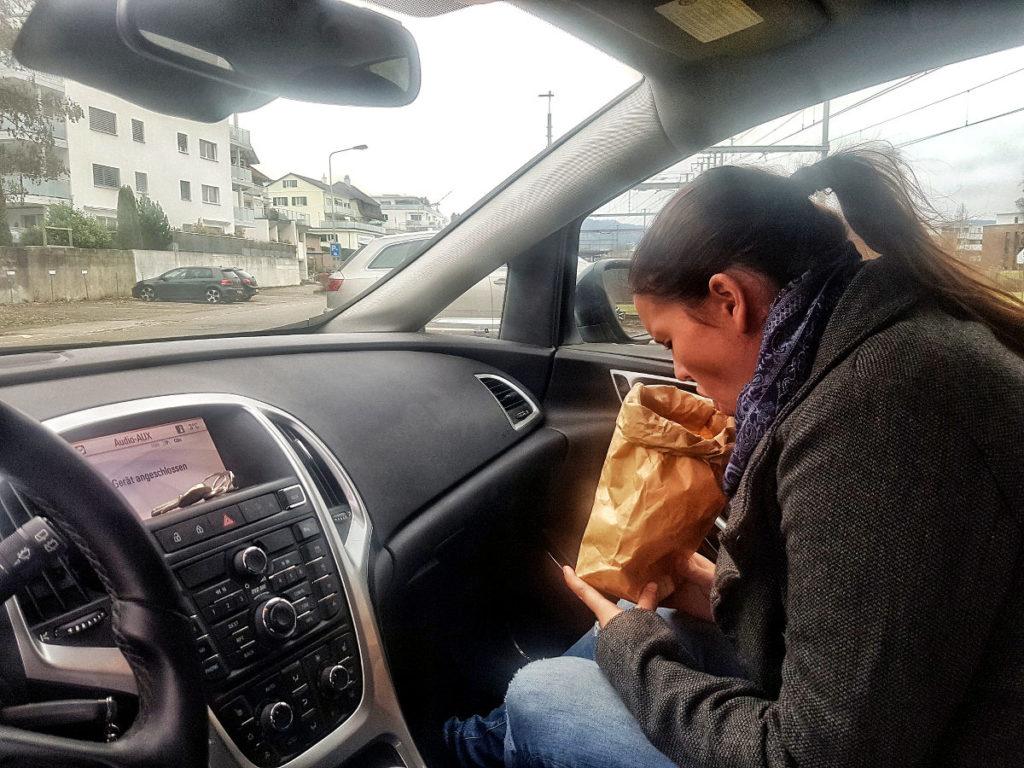 Steffi würgt in Tüte im Auto