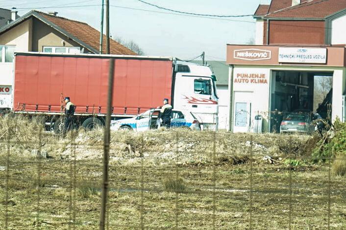 Polizisten stehen am Strassenrand - Reisen durch Bosnien