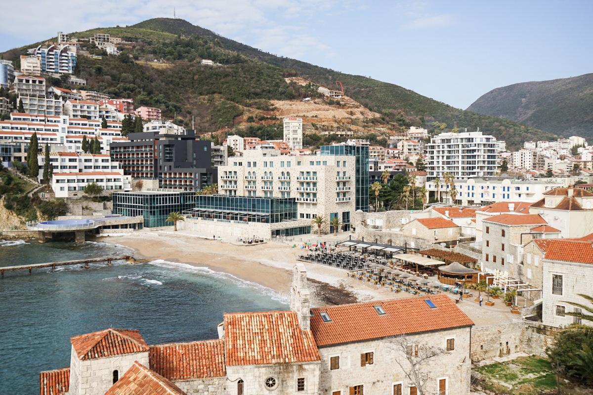 Altstadt, dahinter moderne Hotels und Sandstrand - Budva, Montenegro