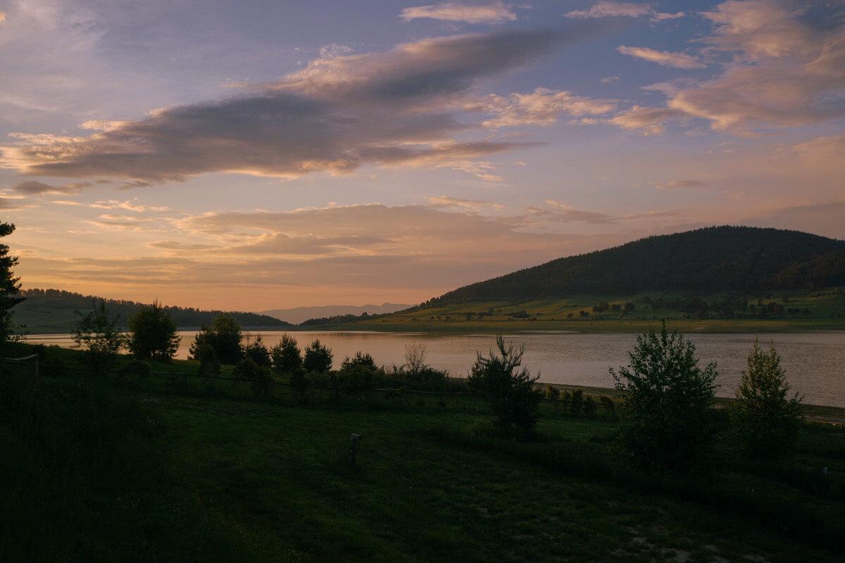 Sonnenuntergang am romantischen Batak See in Bulgarien.