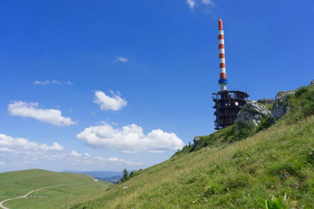 Handyantenne auf Berg, Aussicht, blauer Himmel / Wandern in der Schweiz / Kurztrip Schweiz