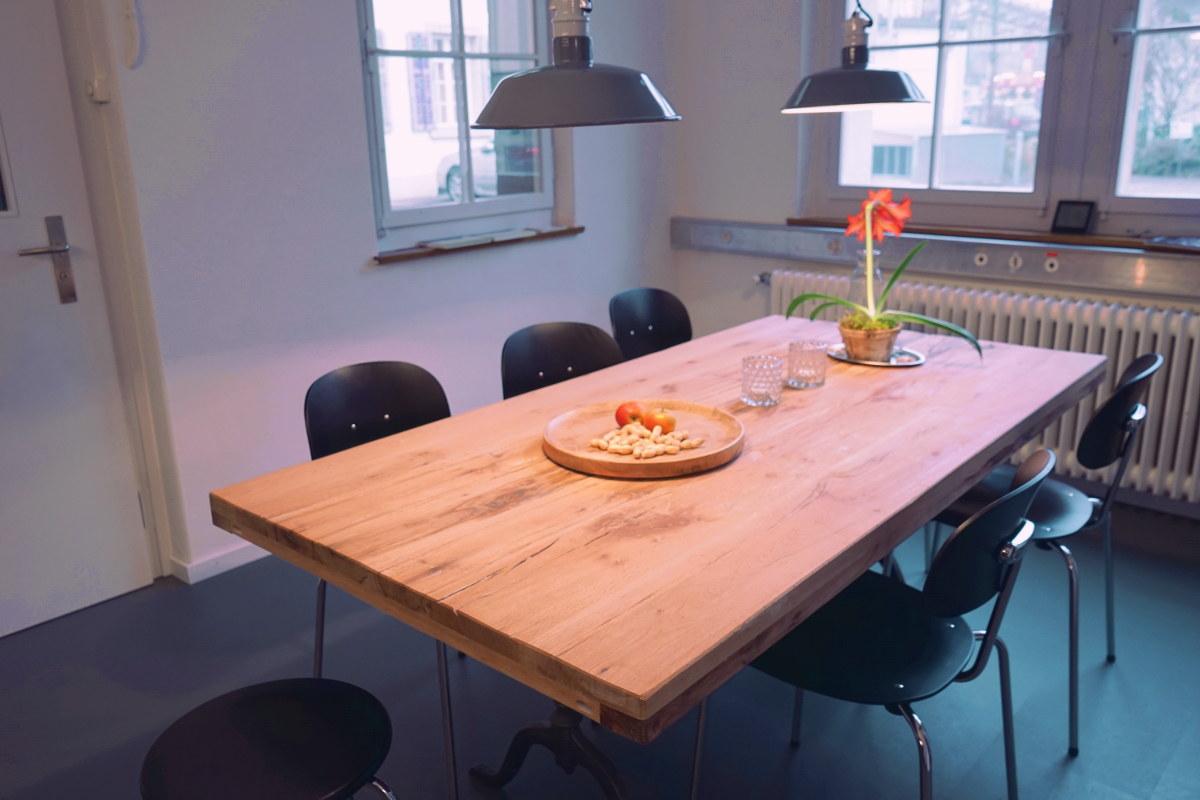 Holztisch, Stühle, Fenster - Coworking Frauenfeld
