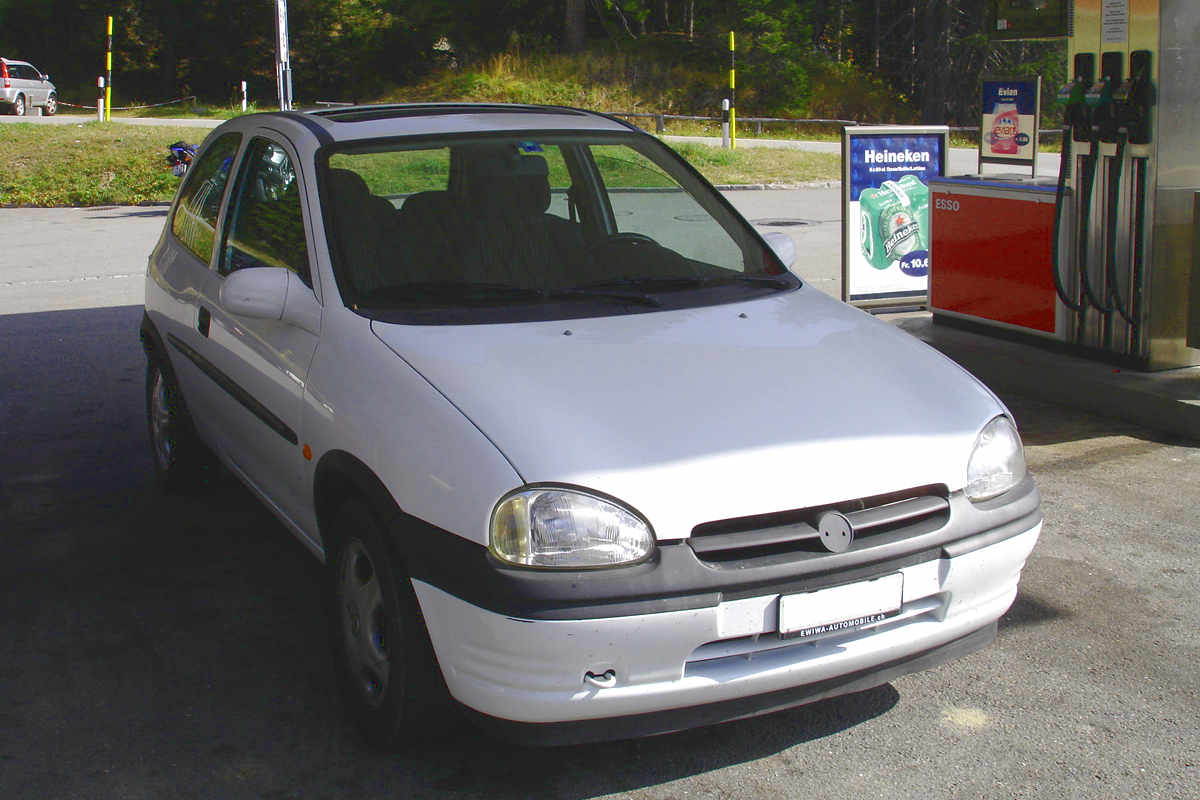 Opel Corsa B weiss an Tankstelle - Freiheit im Auto