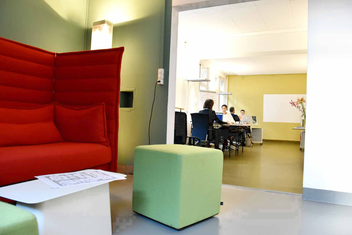 rotes Sofa, Blick in Arbeitsraum