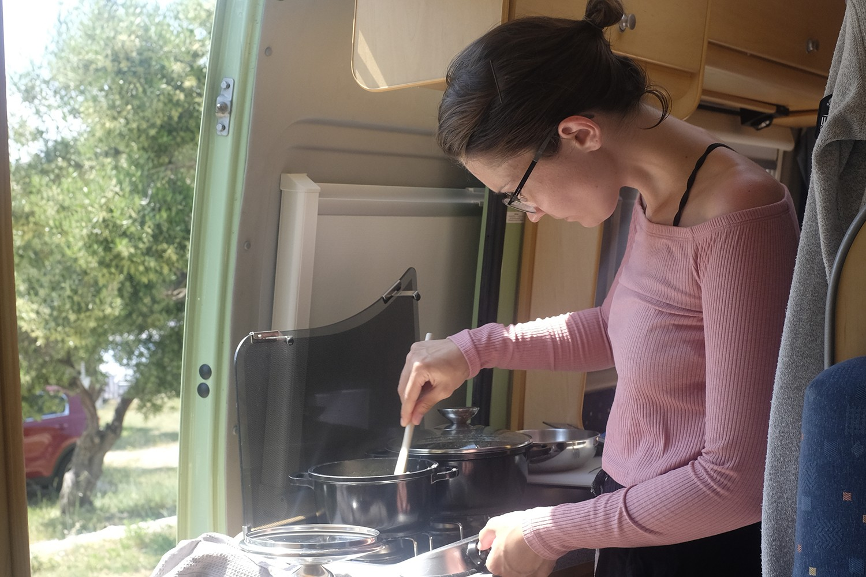 Elisa am Kochen