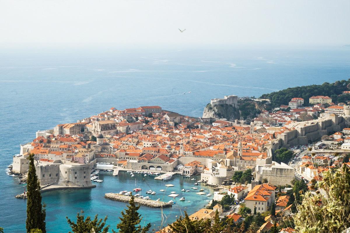 Vorgelagerte Altstadt umgeben von Mauer ins Meer gebaut - Sehenswürdigkeiten Kroatien