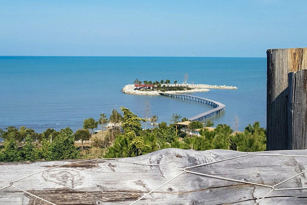 Blaues Meer, kleine Insel mit Sandstrand, Palmen - Albanien, Reisen Sicherheit