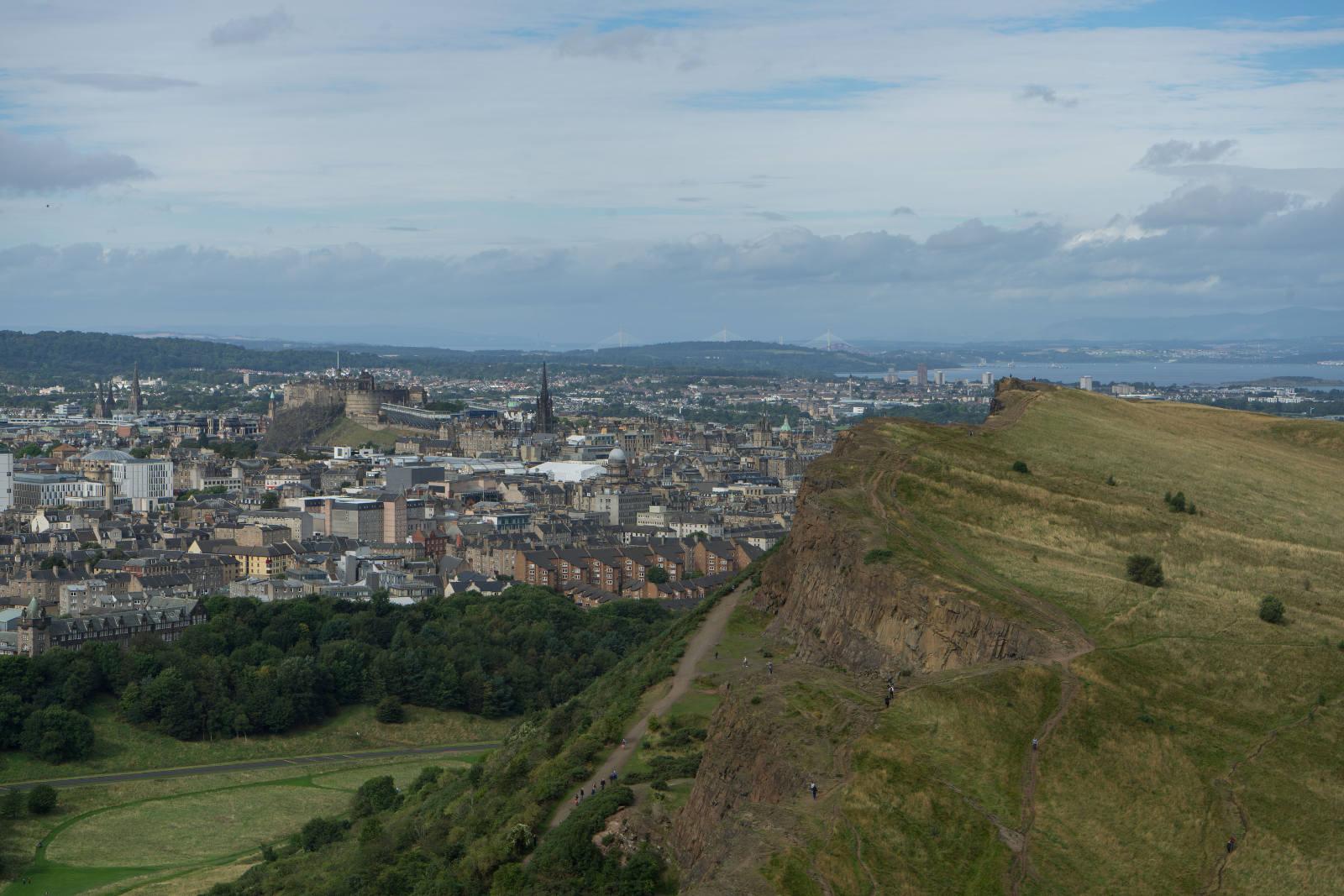 Blick auf Stadt und Hügel - Edinburgh