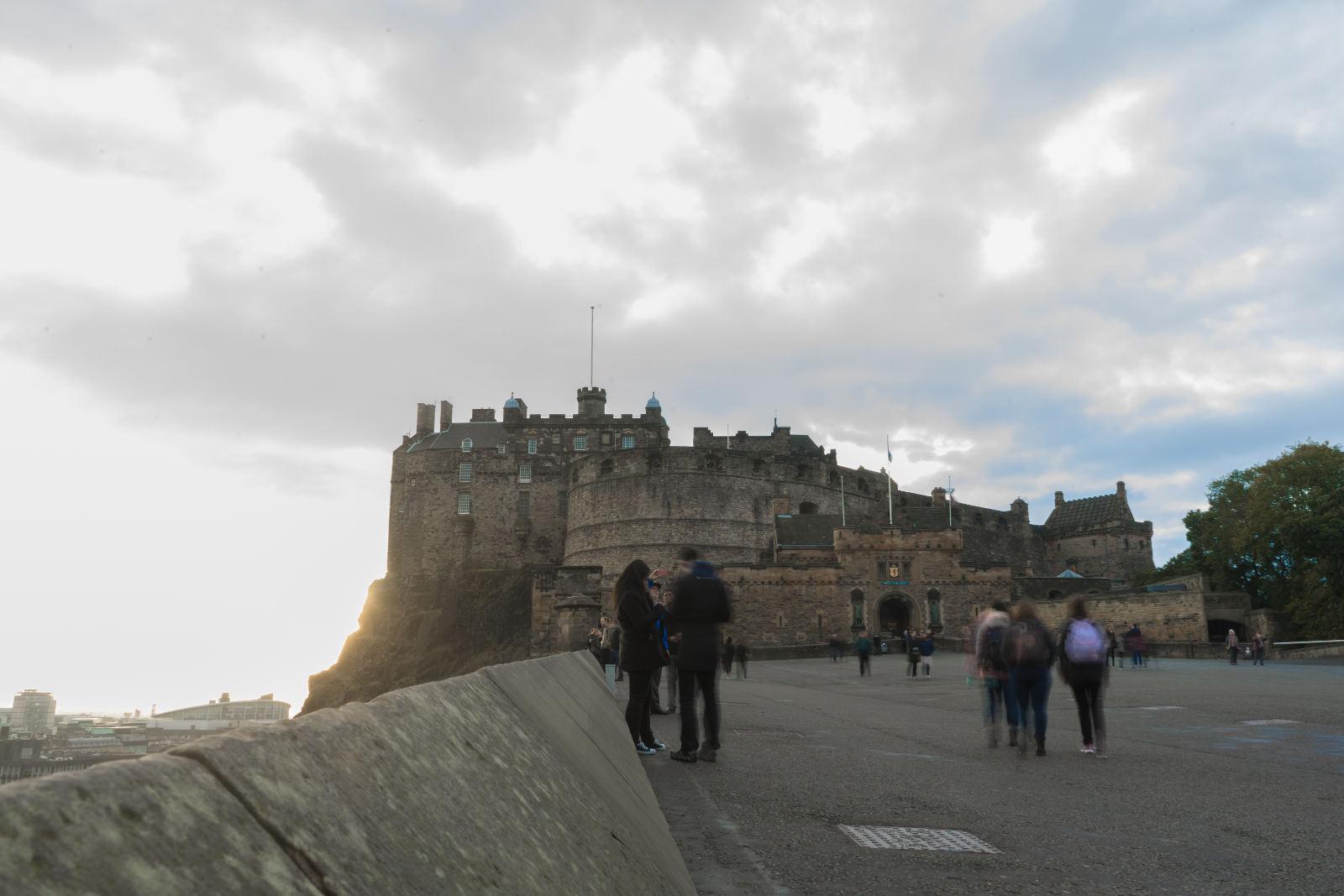 Burg auf Hügel mit Sonnenschein - Edinburgh