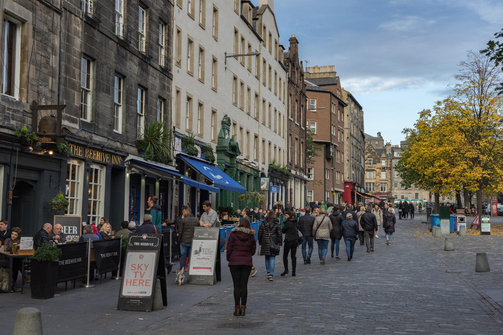Altstadthäuser mit Pubs im Erdgeschoss - Edinburgh Pubs