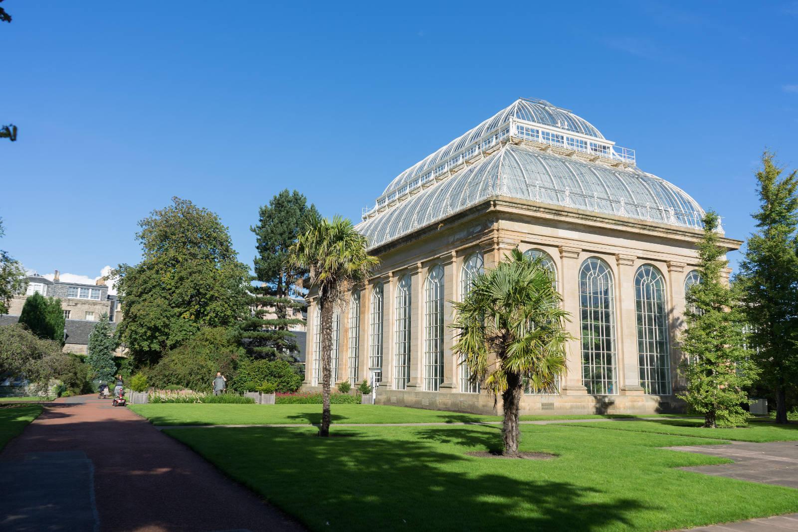 Steinhaus mit Glasdach umgeben vom Park - Edinburgh Royal Garden