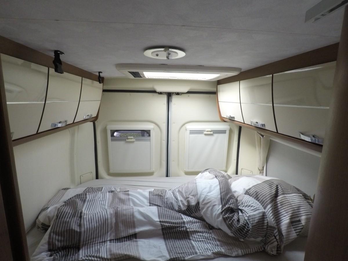 Im Kastenwagen Bett