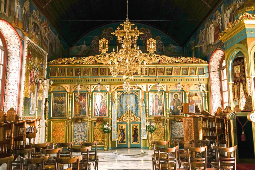 Innenleben der Kirche mit viel Gold und Abbildungen verschiedener Propheten.