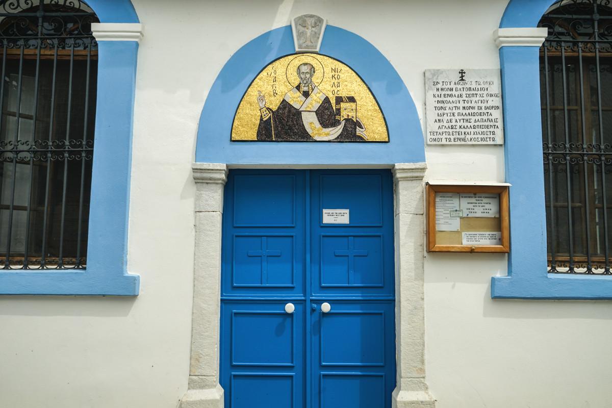 blaue Türe weisse Wand, Mosaik mit Gold - Porto Lagos Agios Nikolaos