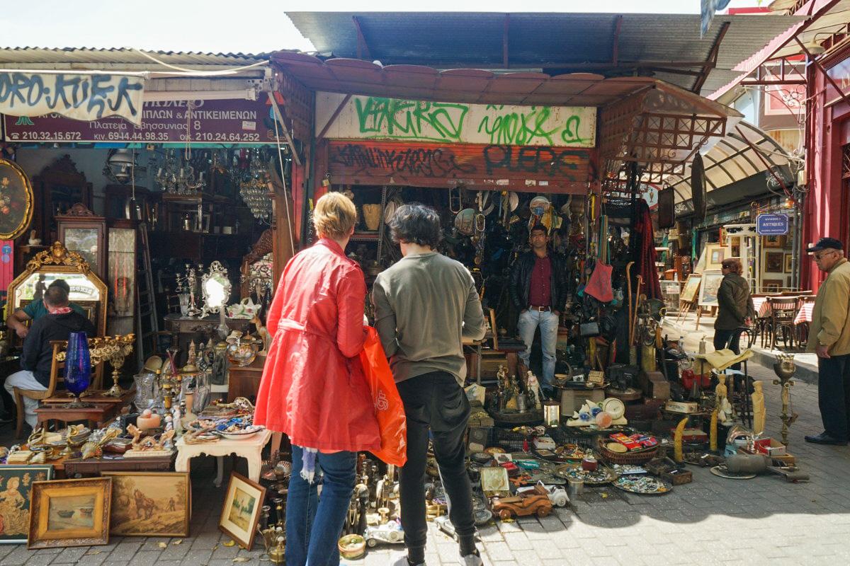Flohmarkthaus mit Waren davor - Monastraki Flohmarkt Athen