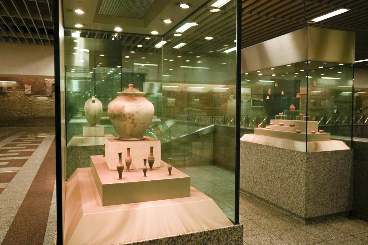 Tonkruege in Glasvitrinen, gratis Museum, Athen