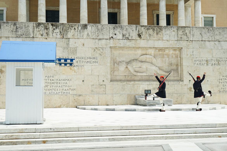 Wache in Uniform und gestreckten Bewegungen am Marschieren, Athen, Parlamentsgebäude, Wachablösung