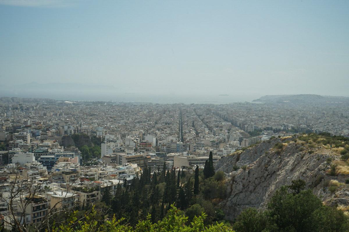 Häuserreihen, Meer im Hintergrund, Athen Sehenswürdigkeiten