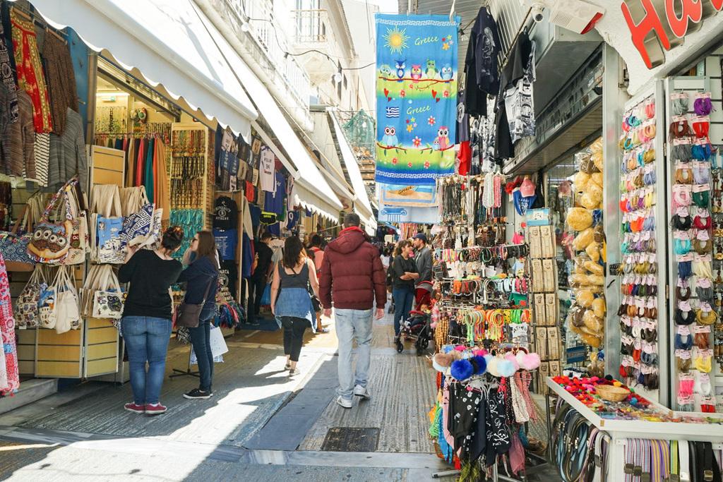 Geöffnete Läden auf beiden Seiten, Fussgänger, Athen bei Tag