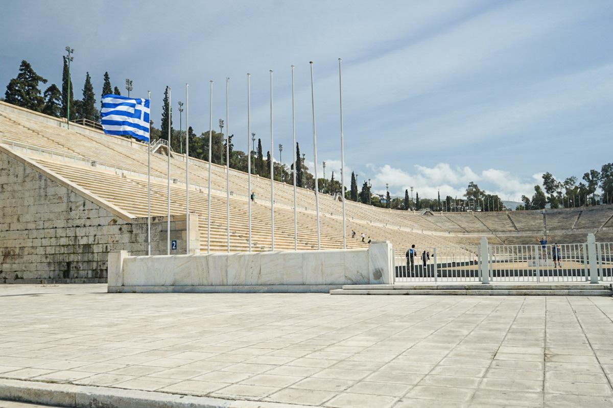 Stadion mit steinernen Sitzreihen, oval, vorne offen - Athen besichtigen