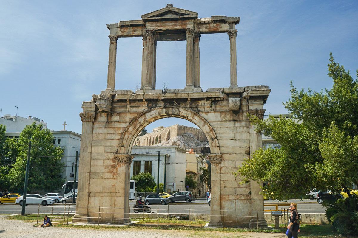 Steinernes Tor dahinter Stadt mit Akropolis auf dem Hügel, Sehenswürdigkeiten Athen