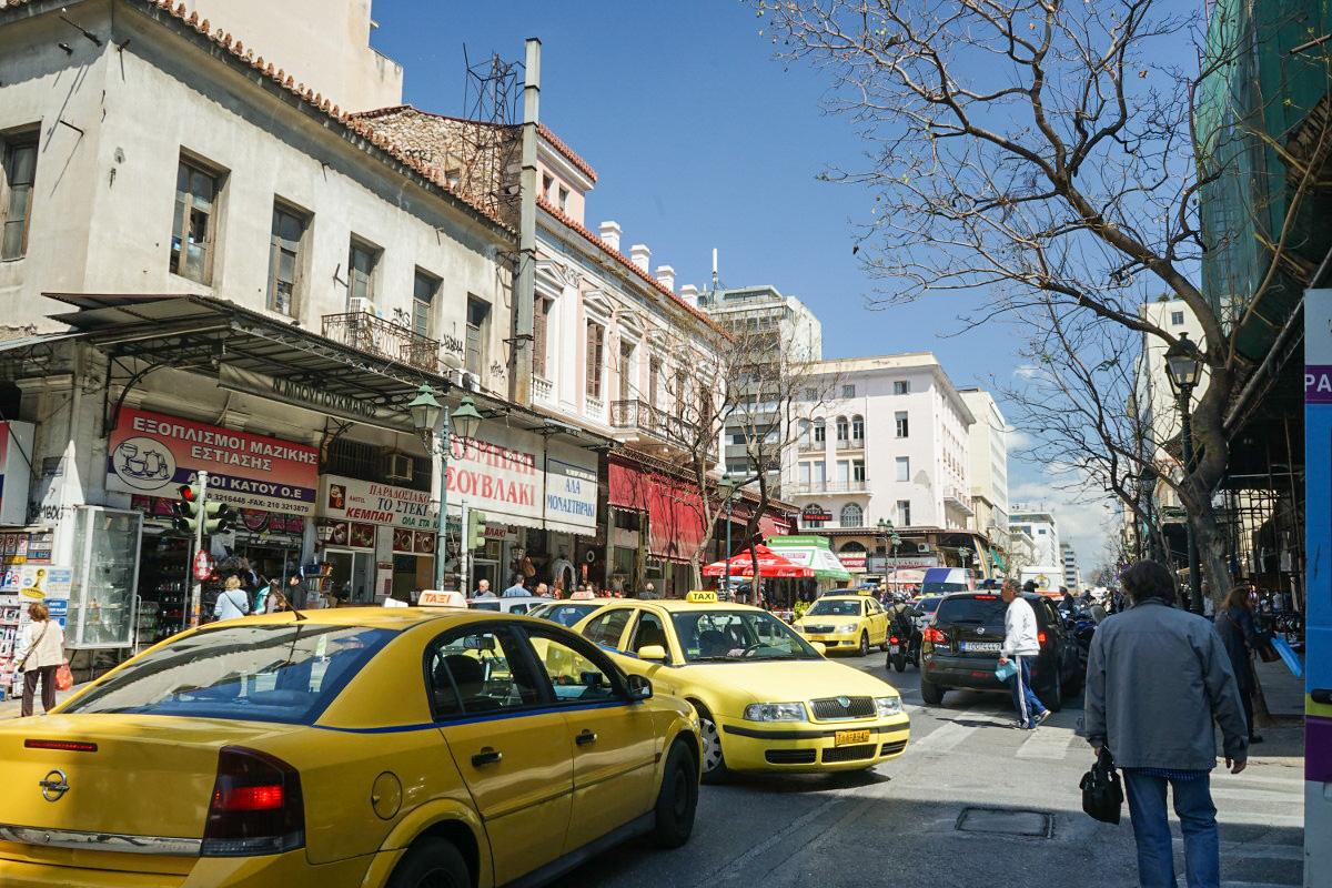 Taxis kreuzen auf der Strasse, Sehenswürdigkeiten Athen