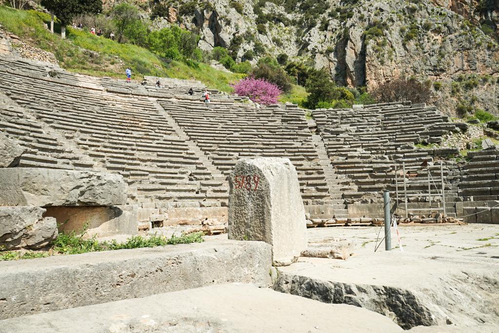 Steinerne Sitzreihen halbrund angeordnet - ein Amphitheater