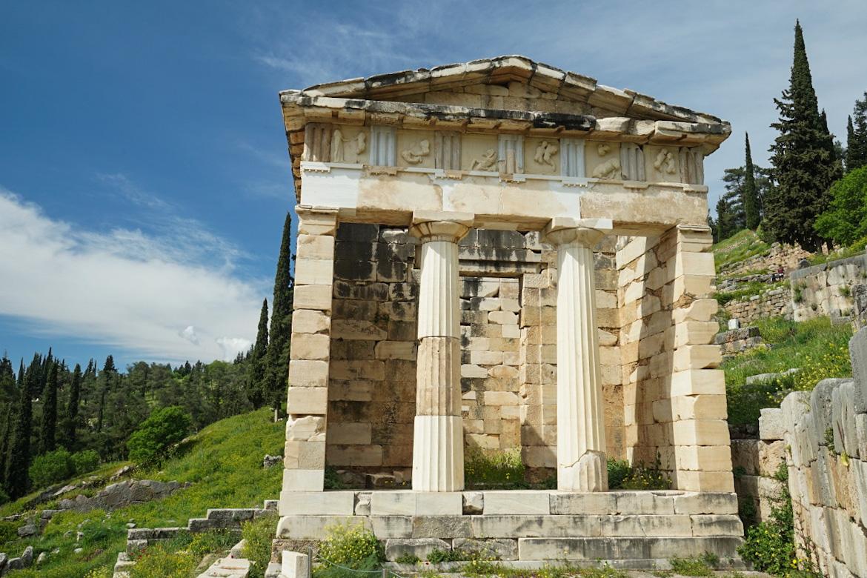 Steinhaus, Säulen, blauer Himmel - Delphi