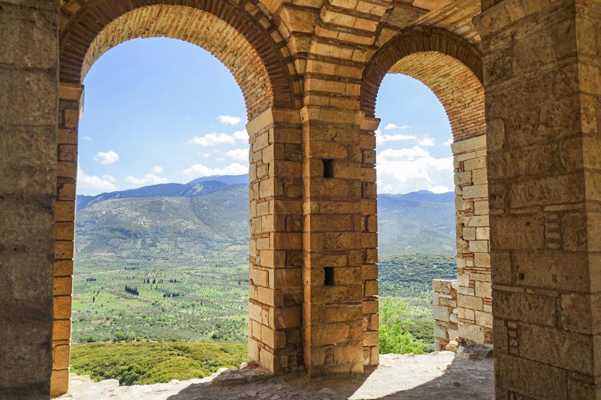 Blick durch zwei Torbögen in die Natur hinaus Hosios Loukas besichtigen