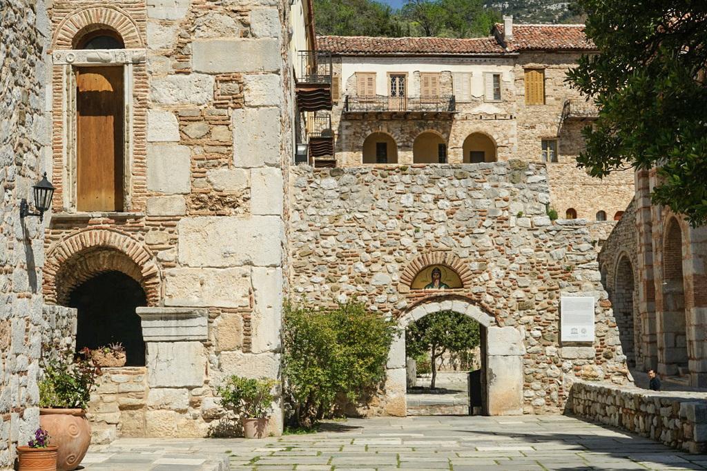 Steinerne Mauern, Torbogen darin, Hosios Loukas besichtigen