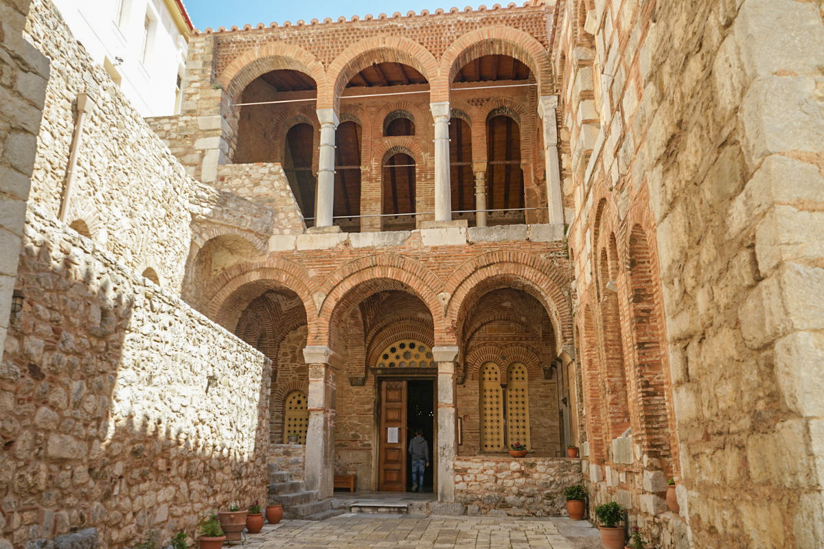 Hohe Bögen auf zwei Stockwerken, Eingangspforte, Hosios Loukas