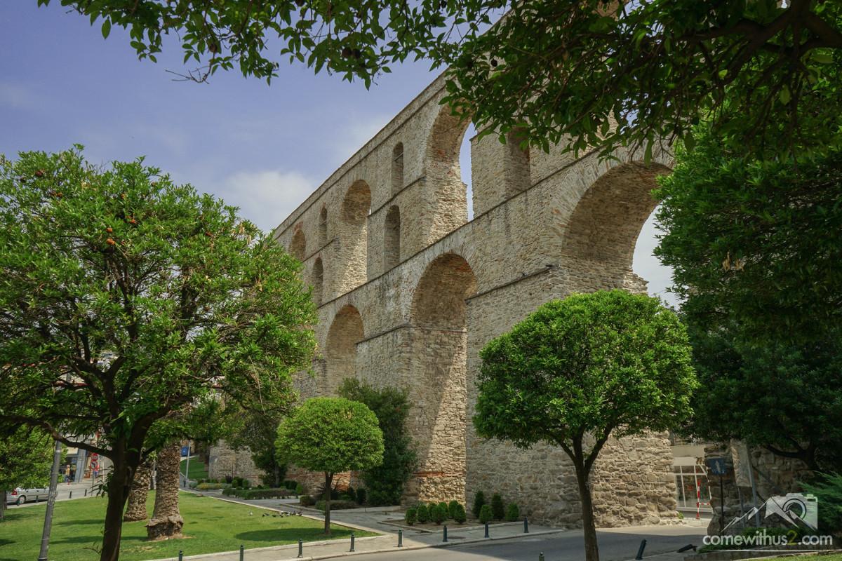 Zweistöckiges Aquädukt, Bäume und Park, Strasse durch Bögen - Kavala besichtigen