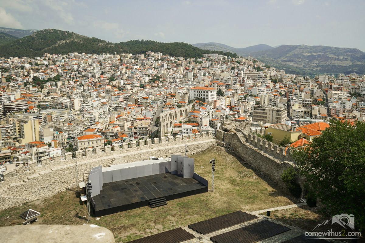 Bühne innerhalb der Burgmauer dahinter Ausblick auf Stadt - Kavala Sehenswürdigkeiten