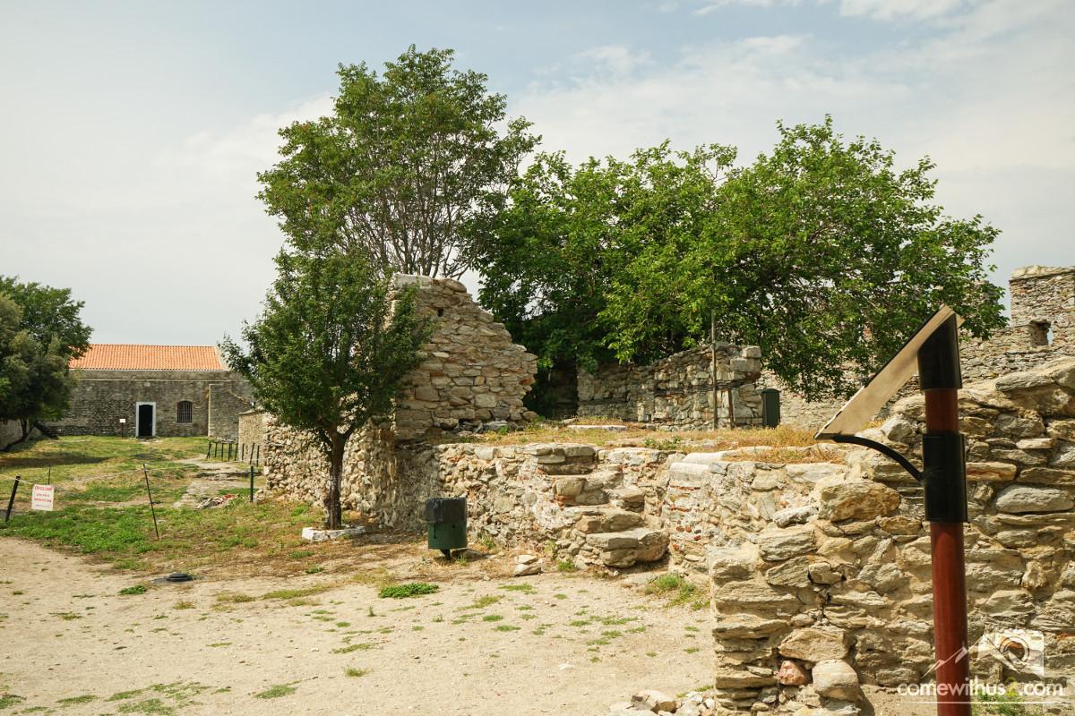 Ruinen innerhalb der Burgmauern - Kavala besichtigen