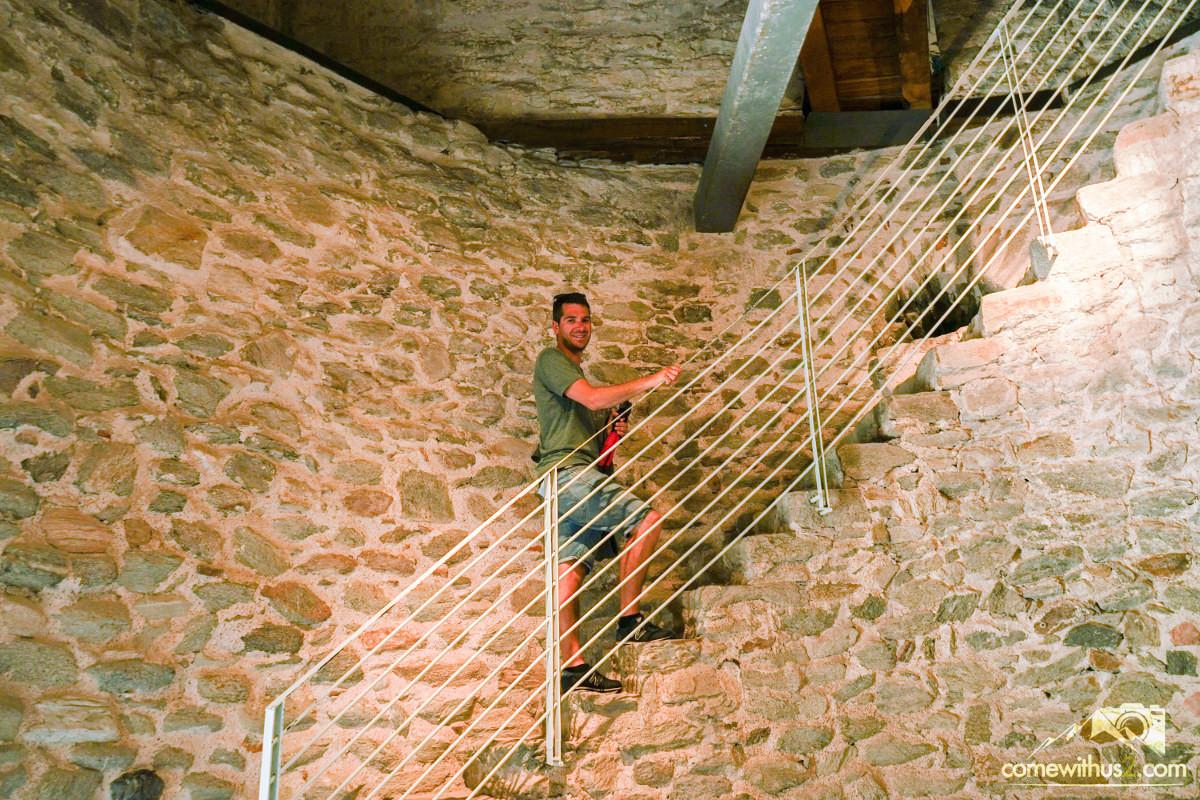 Lui auf Turmtreppe - Kavala besichtigen